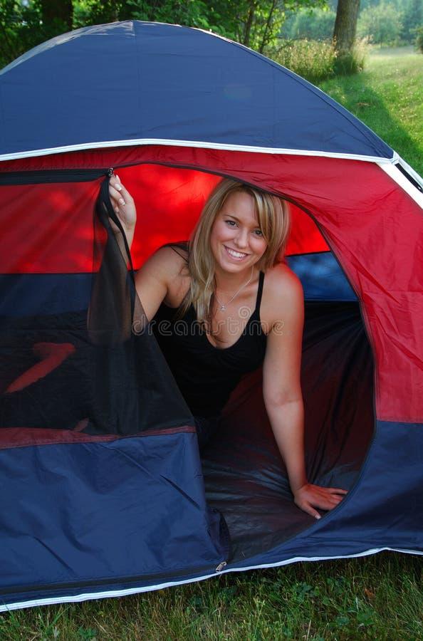 Donna in una tenda immagine stock