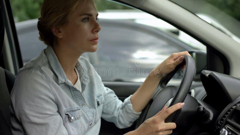 Donna Unbelted che determina automobile, rischio di incidente, il codice stradale ed i regolamenti immagine stock libera da diritti