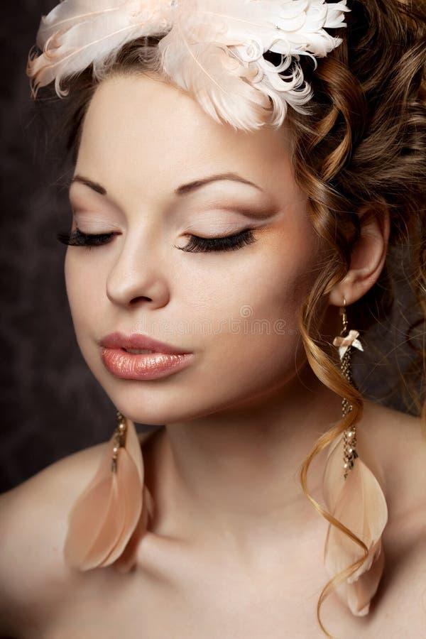 Donna in uno stile dell'annata con trucco lussuoso fotografie stock libere da diritti