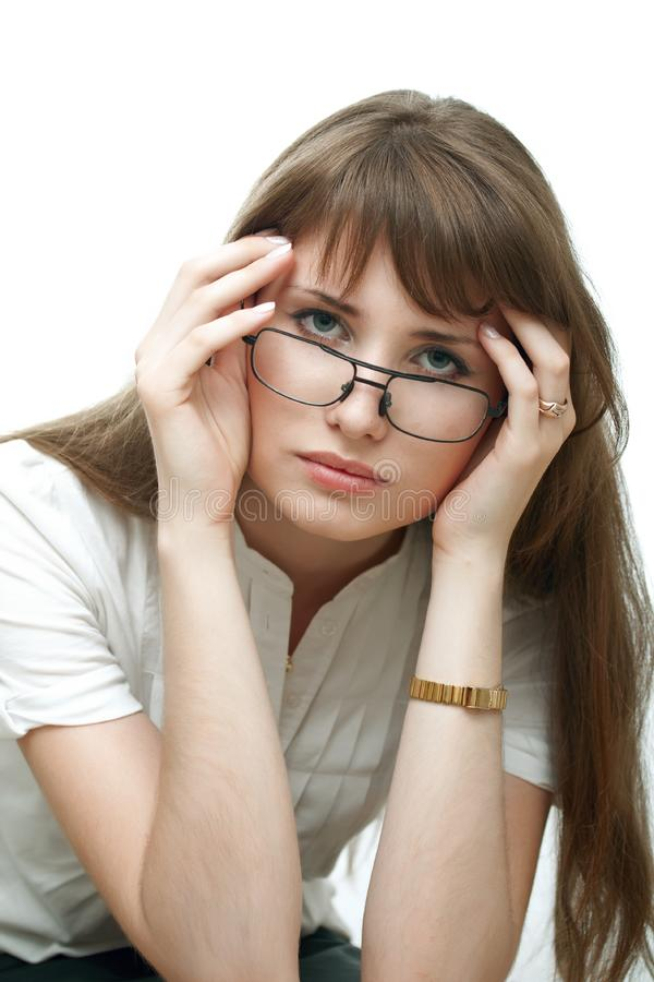 Donna upset dei giovani isolata su priorità bassa bianca