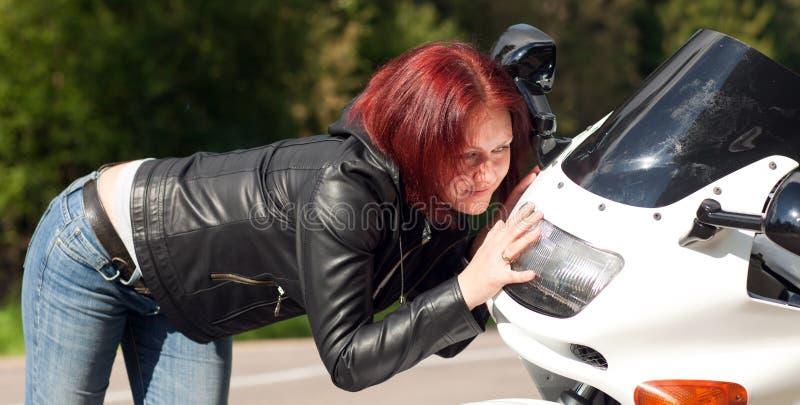 Donna urgente contro il motociclo immagine stock