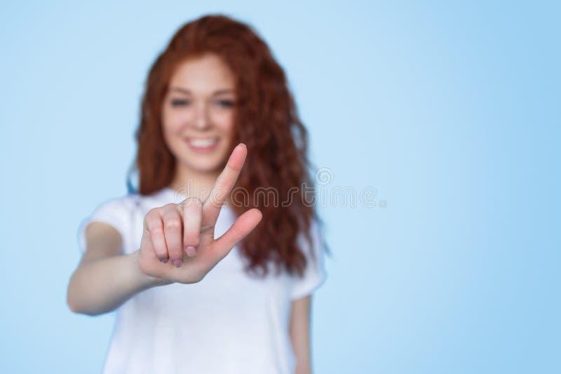 Donna vaga che interagisce con lo schermo invisibile fotografia stock