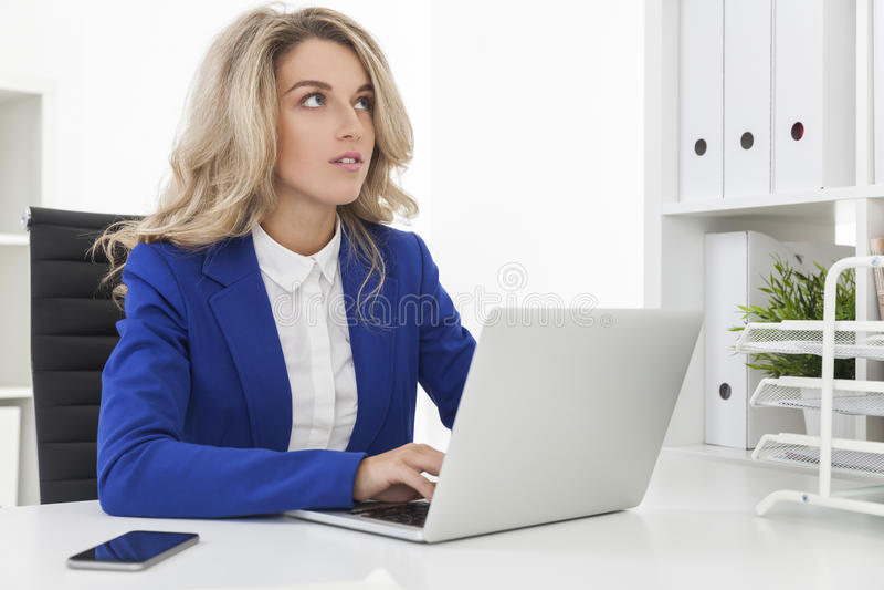 Donna vaga in giacca sportiva blu immagine stock