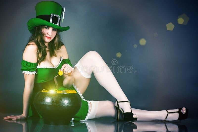 Donna vestita come leprechaun immagine stock