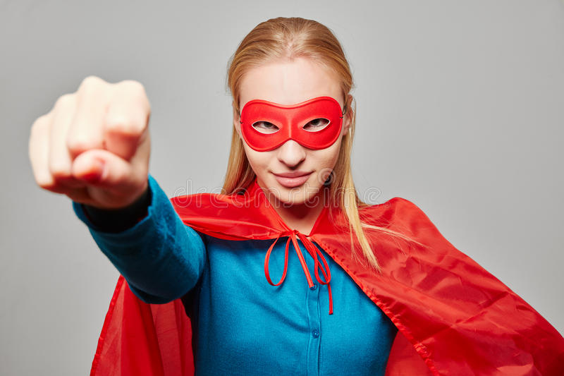 Donna vestita come supereroe con il pugno chiuso fotografie stock libere da diritti