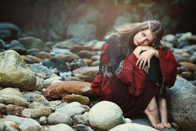 Donna vestita medievale con il sogno dell'espressione fotografie stock
