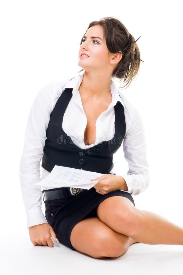 Donna in vestiti convenzionali che si siedono sul pavimento fotografie stock