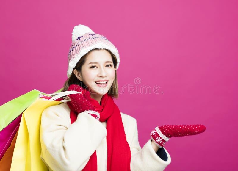 Donna in vestiti di inverno ed acquisto per i regali di natale immagini stock libere da diritti
