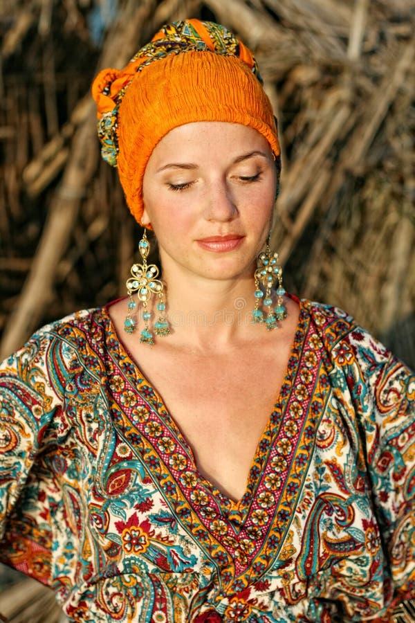 Donna in vestiti etnici immagine stock immagine di estate for Vestiti etnici