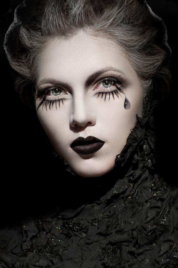 Donna in vestiti neri con trucco scuro espressivo immagine stock