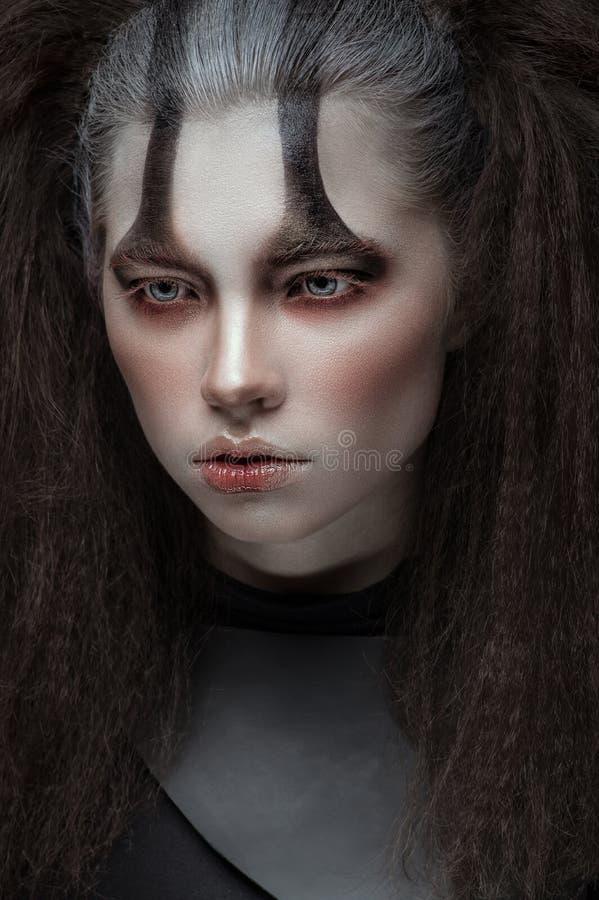 Donna in vestiti neri con trucco scuro espressivo fotografia stock