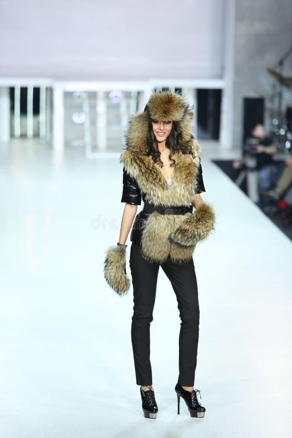 Donna in vestiti simili a pelliccia da ODRI immagine stock