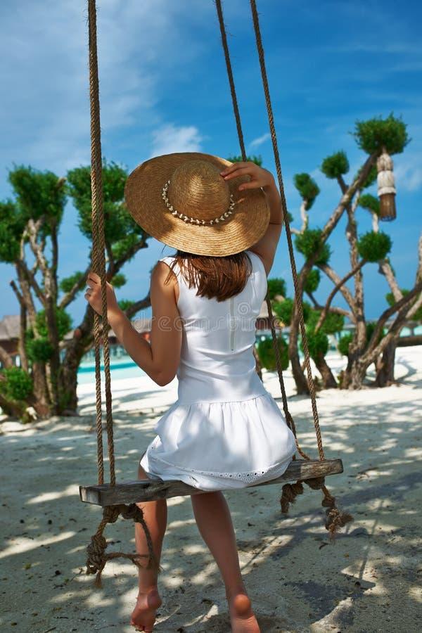 Donna in vestito bianco alla spiaggia fotografia stock