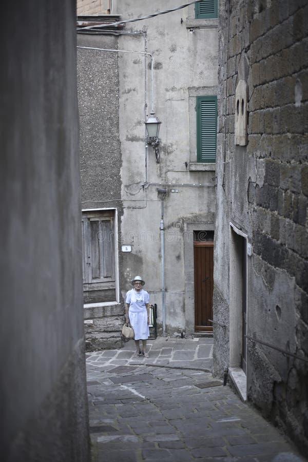 Donna In Vestito Bianco Che Cammina immagini stock libere da diritti