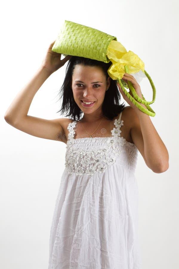 Donna in vestito bianco da estate con il sacchetto di acquisto fotografia stock libera da diritti