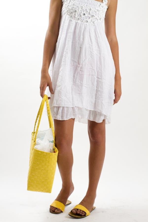 Donna in vestito bianco da estate con il sacchetto giallo fotografia stock libera da diritti