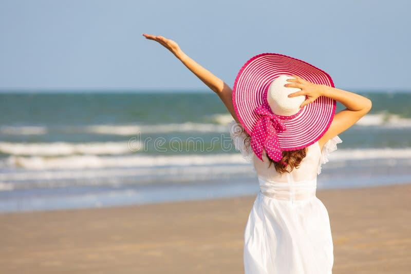Donna in vestito bianco sulla spiaggia immagine stock libera da diritti