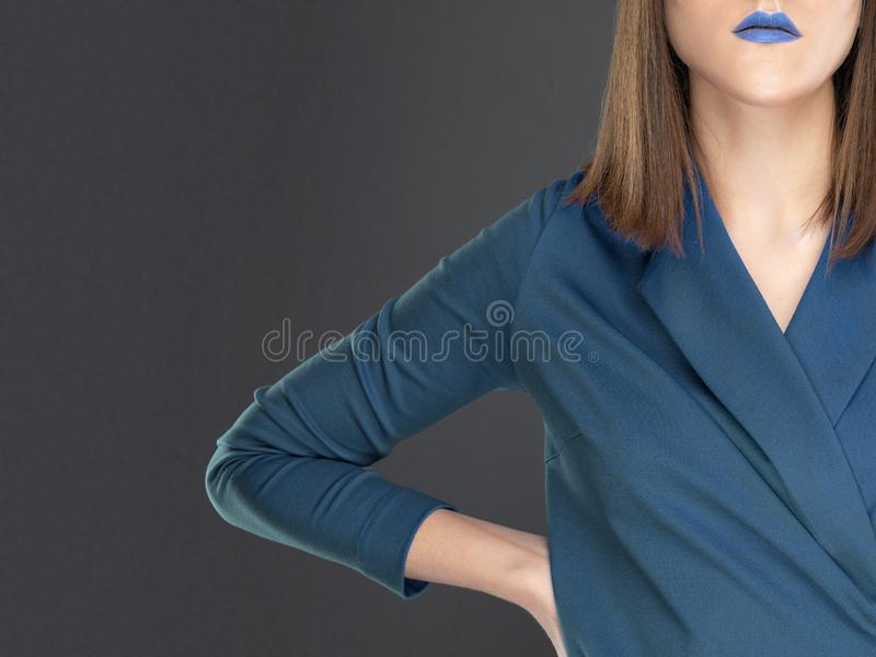 Donna in vestito blu con rossetto blu sulle labbra immagine stock