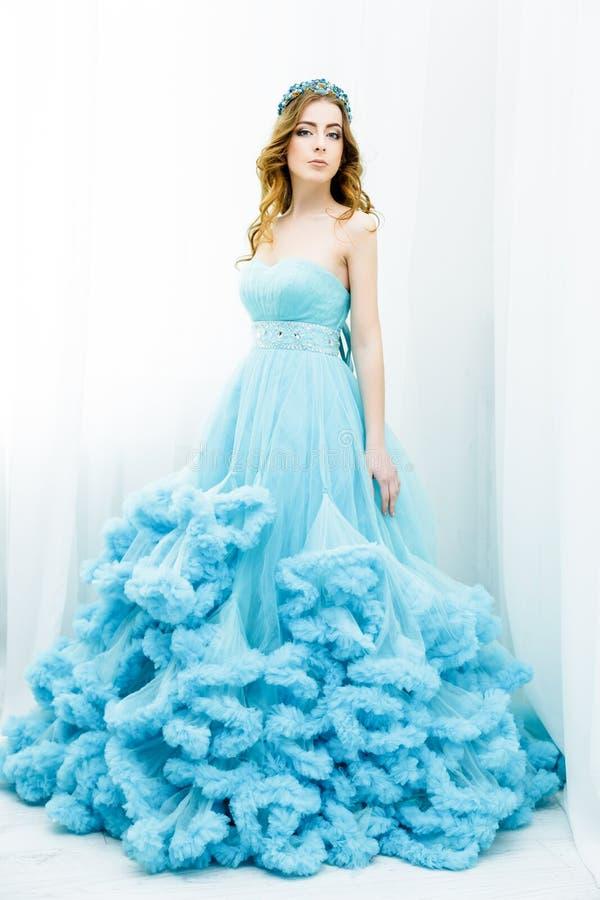 Donna in vestito blu scuro elegante immagini stock libere da diritti