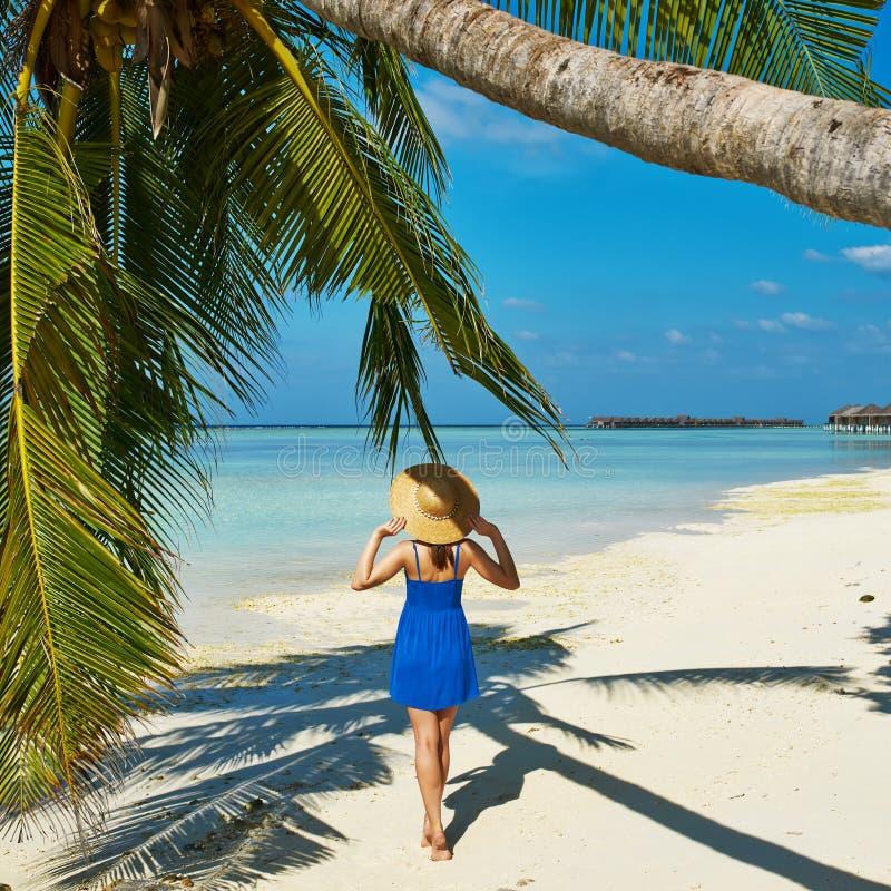 Donna in vestito blu su una spiaggia alle Maldive fotografia stock