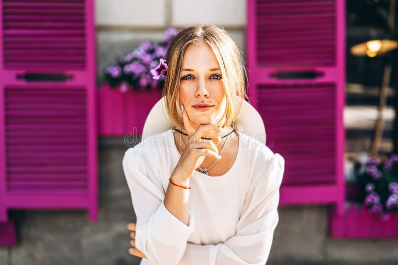 Donna in vestito d'annata bianco sulla via con le finestre porpora b immagine stock libera da diritti