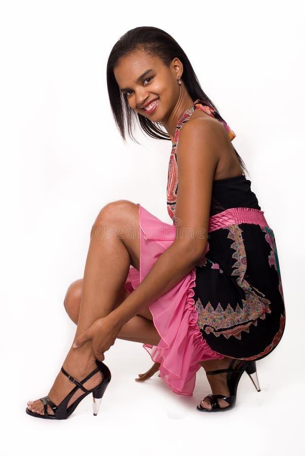 Donna in vestito dal nero e da colore rosa immagine stock