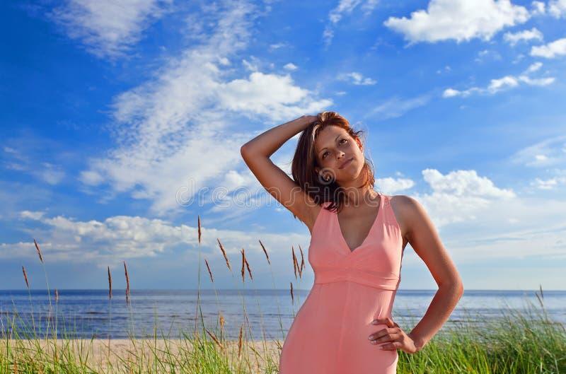 Donna in vestito dentellare sul litorale fotografia stock libera da diritti