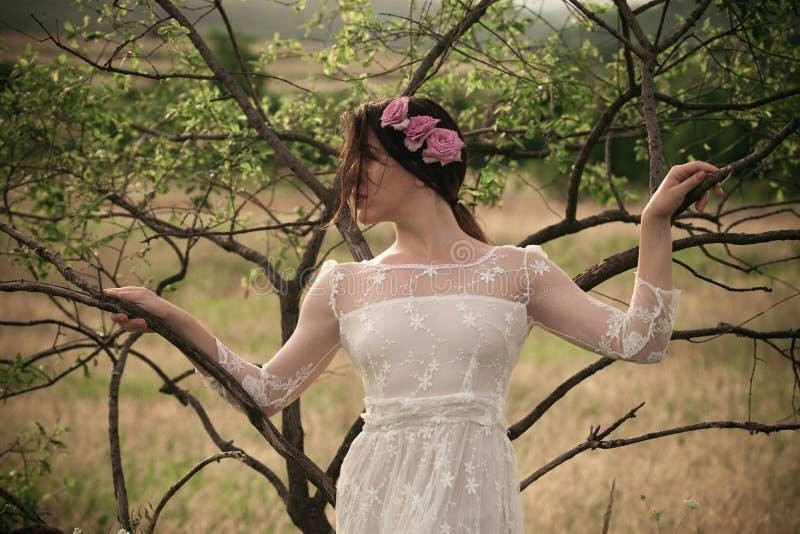 Donna in vestito di pizzo bianco fotografie stock libere da diritti