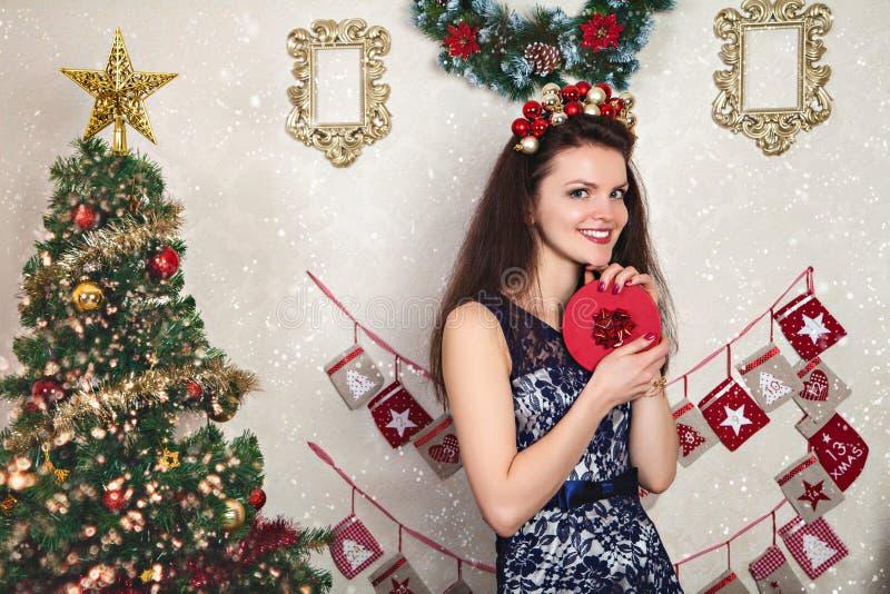 Donna in vestito festivo dal pizzo con il regalo di Natale immagine stock libera da diritti