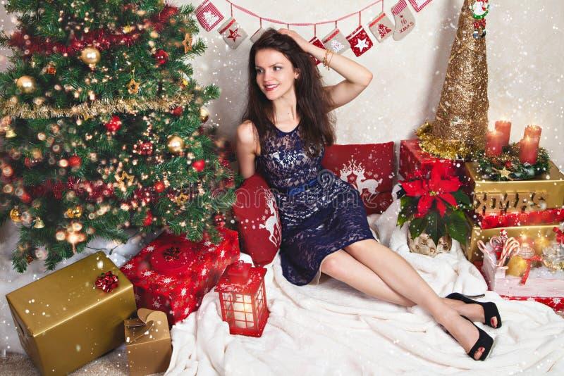 Donna in vestito festivo dal pizzo fra la decorazione di Natale fotografia stock