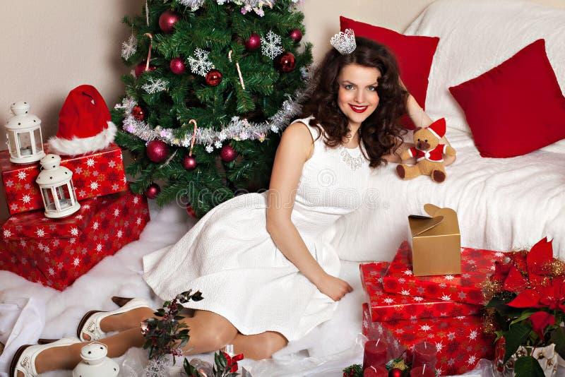 Donna in vestito festivo fra la decorazione di Natale immagini stock libere da diritti
