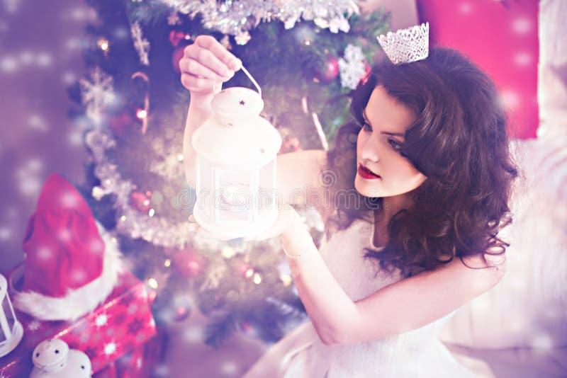 Donna in vestito festivo nel fairytail di Natale fotografia stock libera da diritti