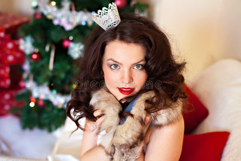 Donna in vestito festivo - ritratto nelle decorazioni di Natale immagine stock