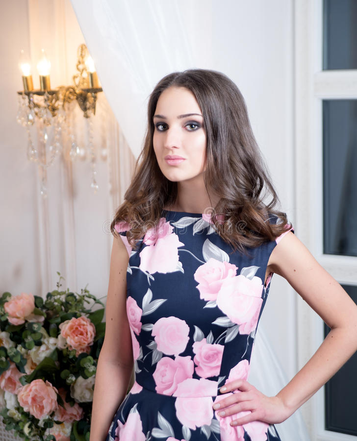 Donna in vestito floreale lungo da eleganza in studio Modo fotografie stock libere da diritti