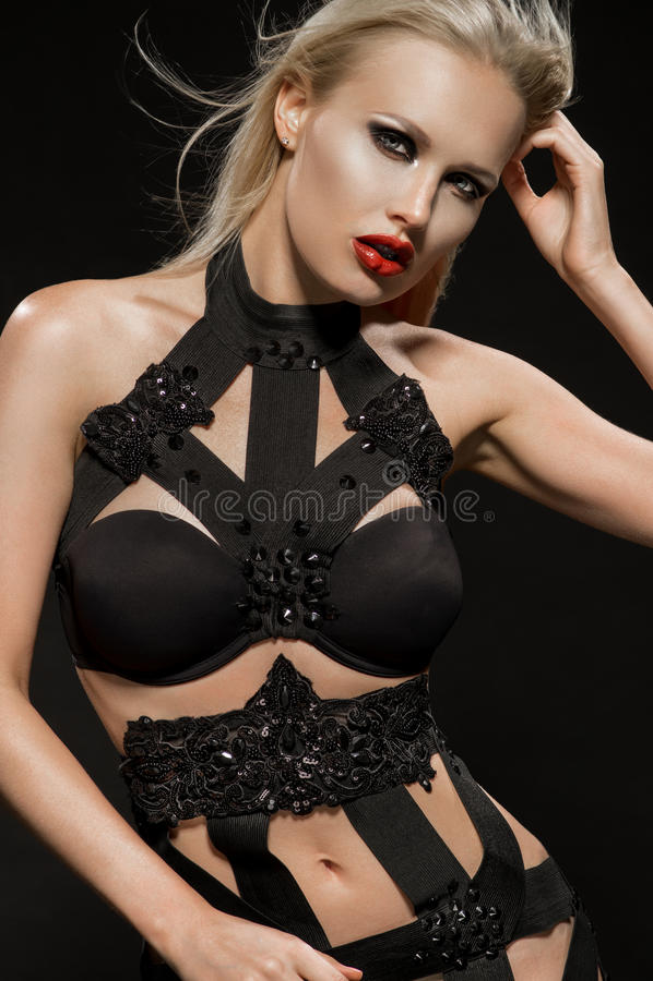 Donna in vestito nero interessante fotografia stock libera da diritti