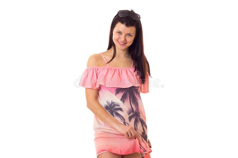 Donna in vestito rosa con gli occhiali da sole immagini stock
