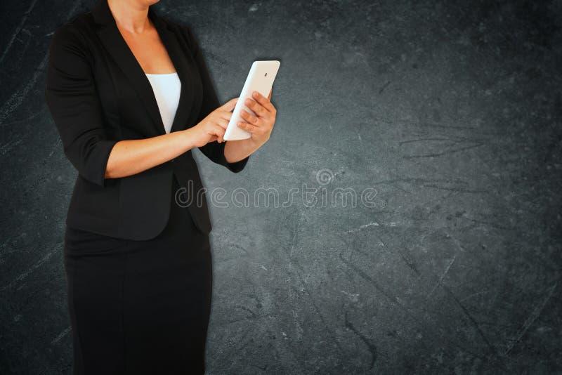Donna in vestito su fondo strutturato elegante astratto grigio Immagine filtrata fotografia stock libera da diritti