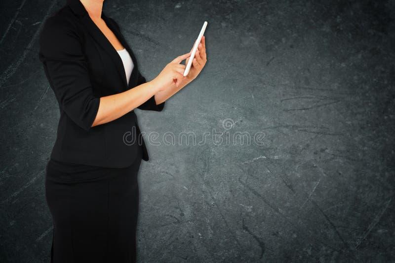 Donna in vestito su fondo strutturato elegante astratto grigio Immagine filtrata immagine stock libera da diritti