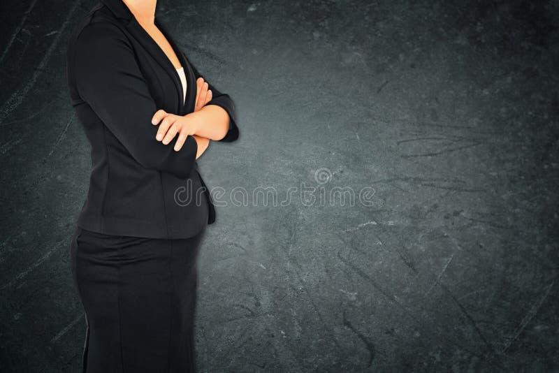 Donna in vestito su fondo strutturato elegante astratto grigio Immagine filtrata immagini stock libere da diritti