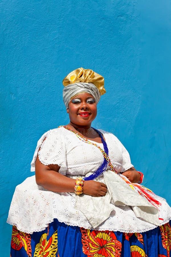Donna in vestito tradizionale da Bahian, Salvador de Bahia, Pelourinho immagine stock