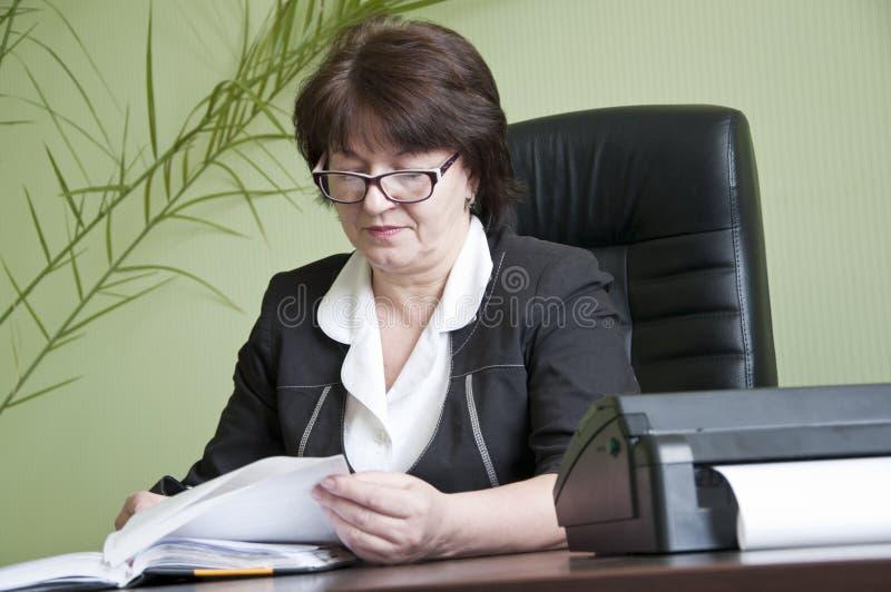 Donna in vetri immagini stock libere da diritti