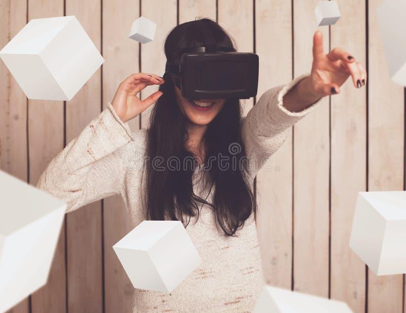 Donna in vetri di VR immagini stock