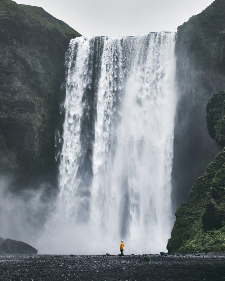 Donna vicino alla cascata in Islanda immagine stock libera da diritti