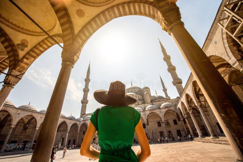 Donna vicino alla moschea blu a Costantinopoli fotografia stock