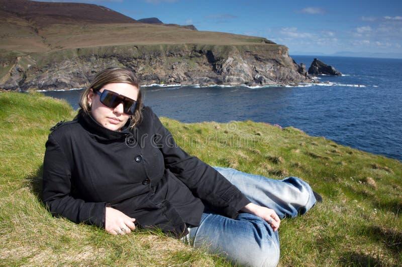 Donna vicino alle scogliere in Irlanda immagini stock libere da diritti