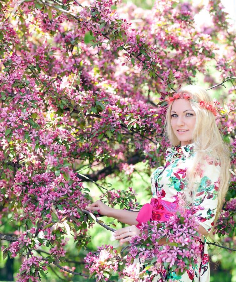 Donna vicino di melo sbocciante fotografie stock libere da diritti