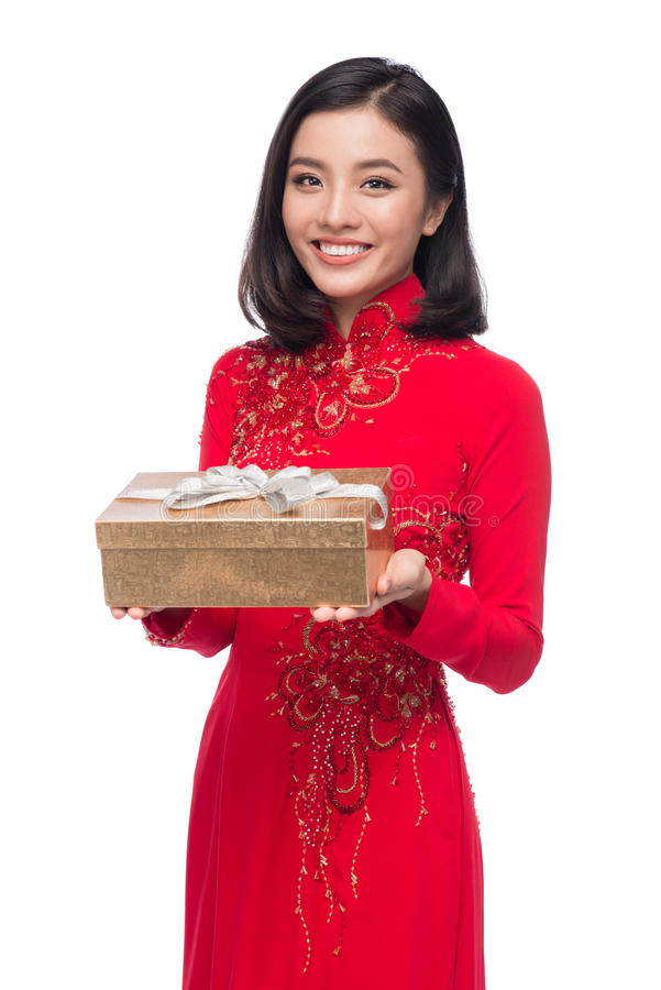 Donna vietnamita affascinante nel holdin rosso di Ao Dai Traditional Dress fotografie stock libere da diritti