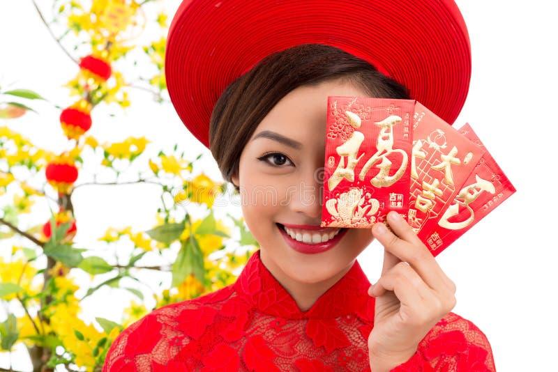 Donna vietnamita con le cartoline d'auguri di Tet immagini stock