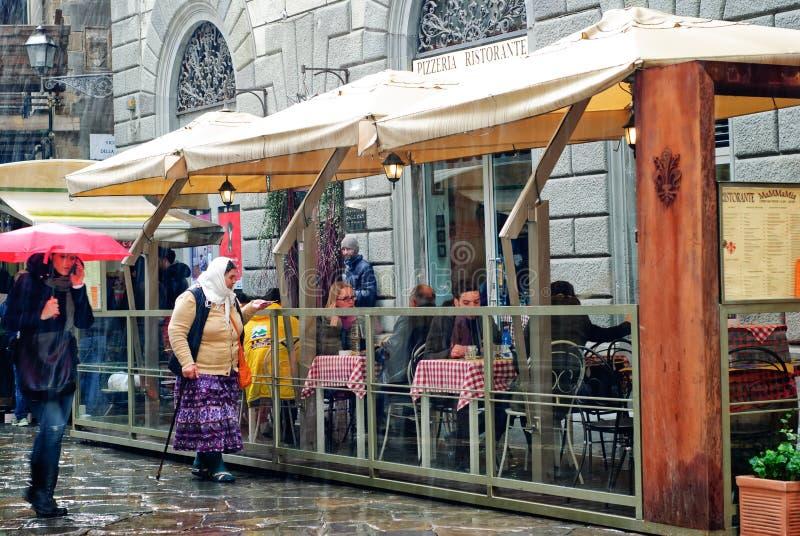 Donna zingaresca che elemosina a Firenze, Italia fotografia stock