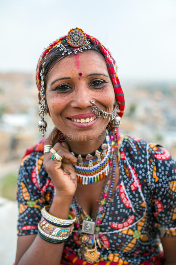Donna zingaresca non identificata in vestiti e gioielli tradizionali fotografie stock libere da diritti
